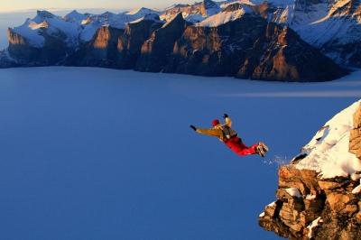 Basejumper springt von Kliff