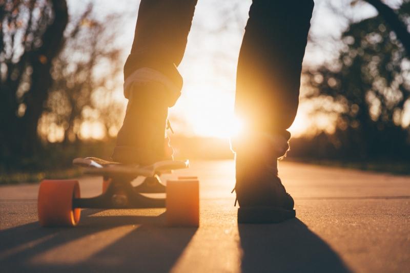 Skateboarder startet seine Fahrt