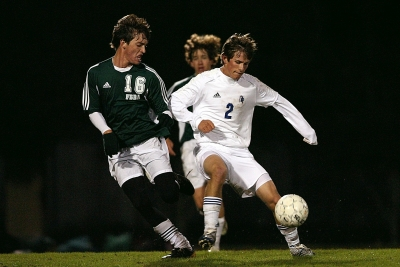 Zwei Fußballspieler im Kampf um den Ball
