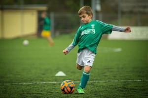 Bub setzt beim Fußballtraining zum Torschuss an