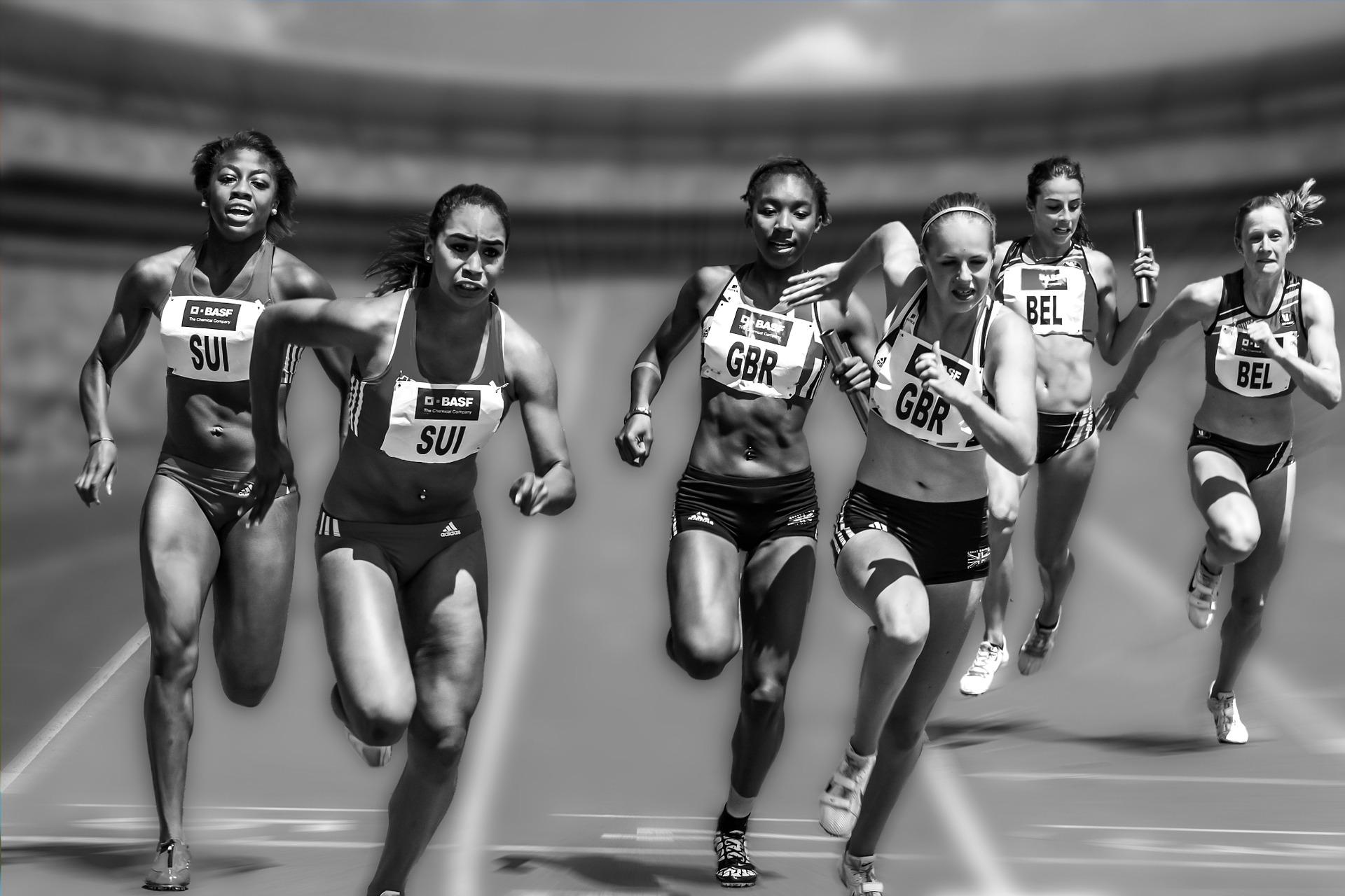 Emotionale Gesichter bei Sprinterinnen im Zieleinlauf