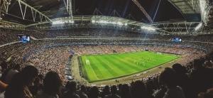 Panorama eines voll besetzten Fußball-Stadions