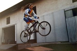 BMX-Europameisterin Bernadette Hoerner springt auf einem BMX-Rad