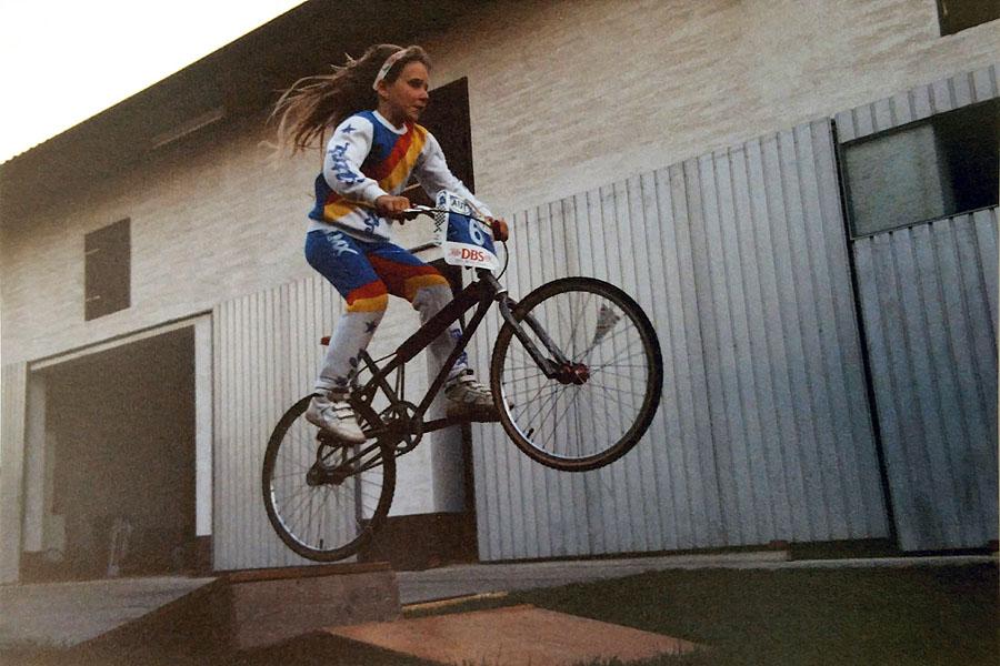 BMX-Europameisterin Bernadette Hörner springt auf einem BMX-Rad