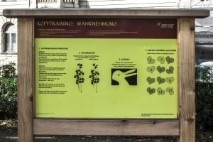 Tafel mit Wahrnehmungs-Übungen im Generationen-Aktiv-Park Wien Rossau