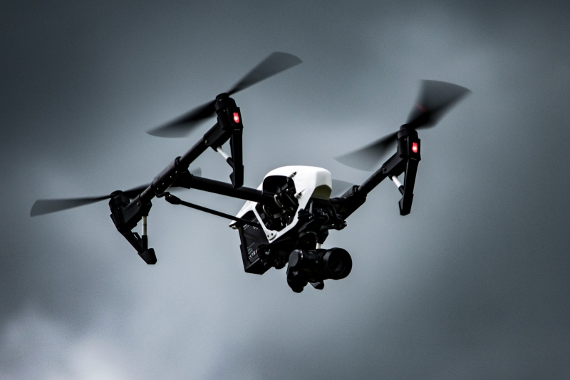 Ferngesteuerter Quadrokopter fliegt in der Luft