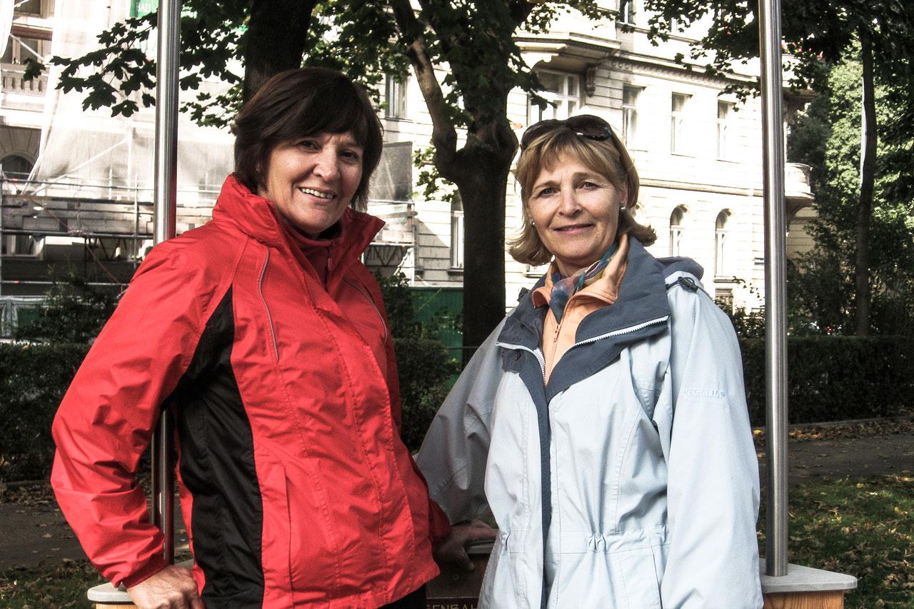 Seniorinnen testen Geschicklichkeitsspiel im Generationen-Aktiv-Park Wien Rossau