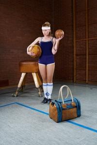 """Modell """"Sportlehrer S"""" von Zirkeltraining – Tasche aus altem Turngeräte-Leder und Turnmatten-Stoff"""