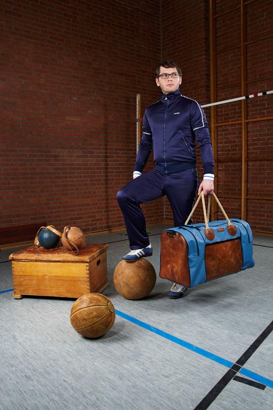 """Modell """"Sportlehrer XL"""" von Zirkeltraining – Tasche aus altem Turngeräte-Leder und Turnmatten-Stoff"""