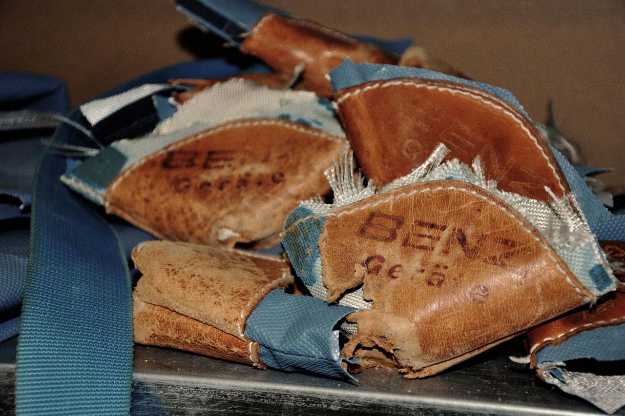 Haufen aus alten Turnmatten-Ecken aus Leder