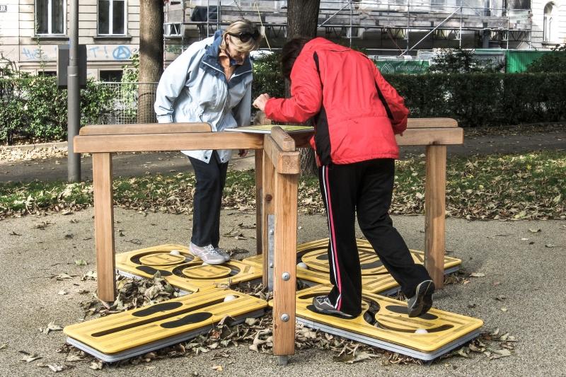 """Seniorinnen testen die Station """"Kugelspiel"""" im Generationen-Aktiv-Park Wien Rossau"""
