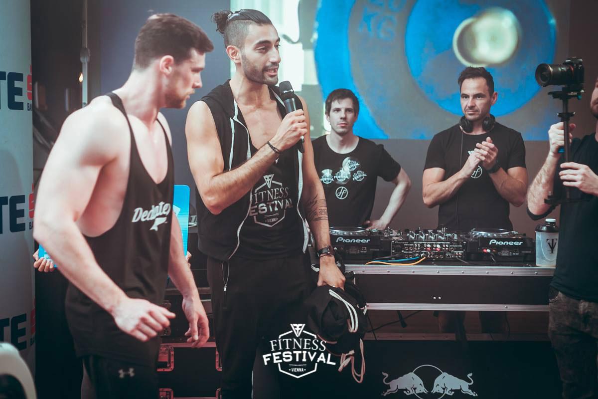 Pedram Parsaian moderiert die Ruder-Challenge beim Fitness Festival Vienna im Holmes Place Millennium