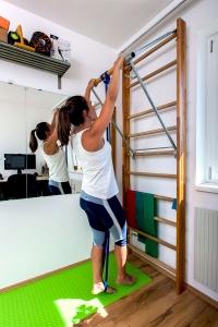 Fitness-Coach Bernadette Hörner zeigt wie man Klimmzüge mit resistance Band von Doyoursports macht