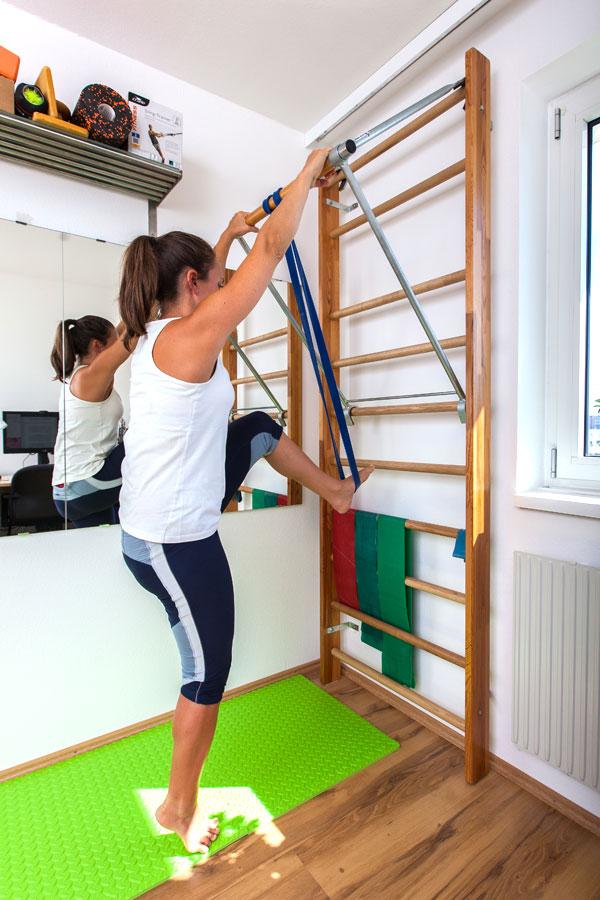 Fitness-Coach Bernadette Hörner zeigt, wie man für gewichtsunterstützte Klimmzüge in das Resistance-Band steigt