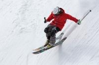 Freeride Skifahrer bei Landung im Schnee