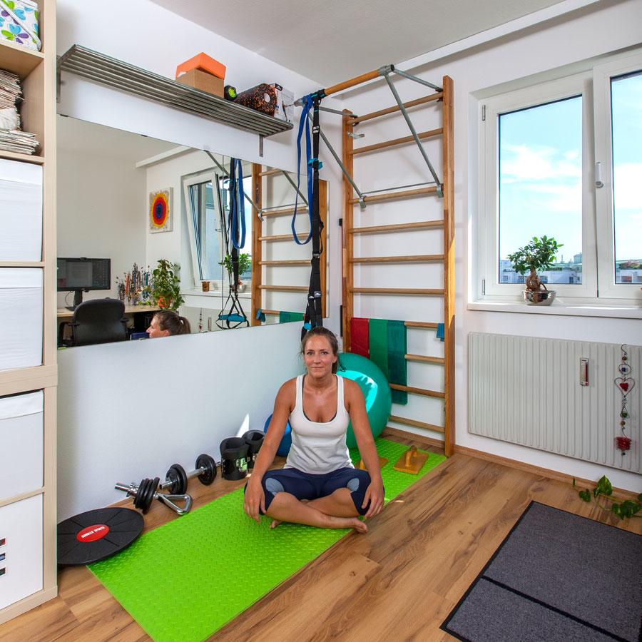 Bernadette Hörner sitzt in ihrem neu eingerichteten Homefitness-Eck