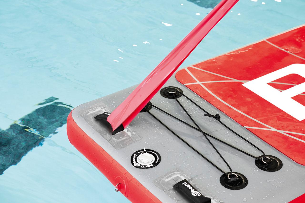 am schwimmenden Workout-Brett von Beco kann auch ein Theraband oder Tube ins Training integriert werden
