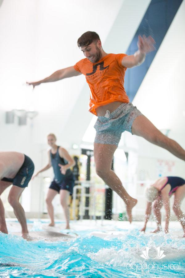 Floatfit-Teilnehmer springt vom schwimmenden Brett ins Wasser