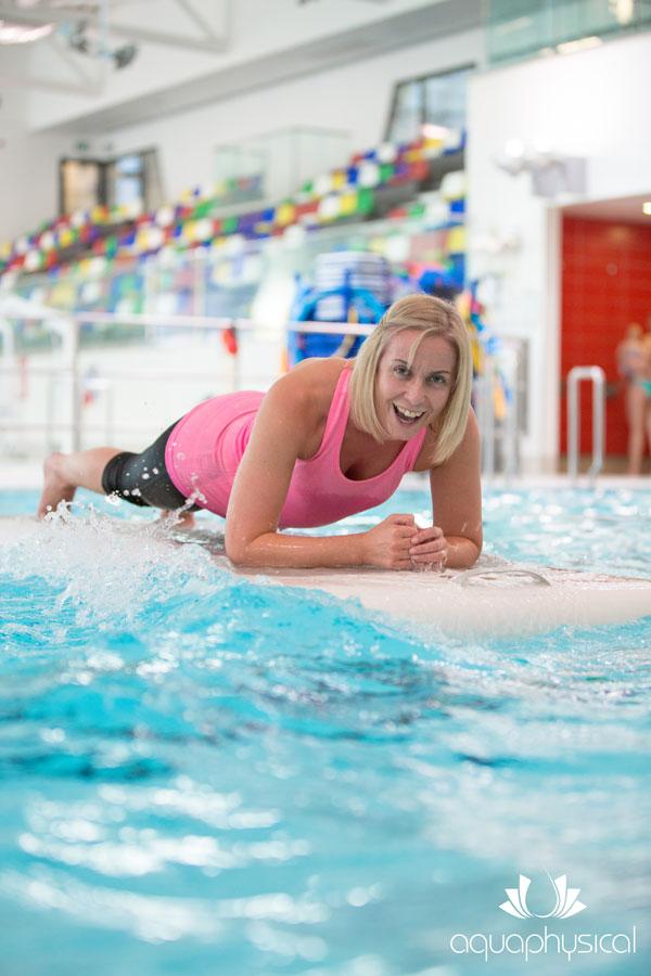 Flaotfit-Teilnehmerin macht einen Plank auf dem schwimmenden Board