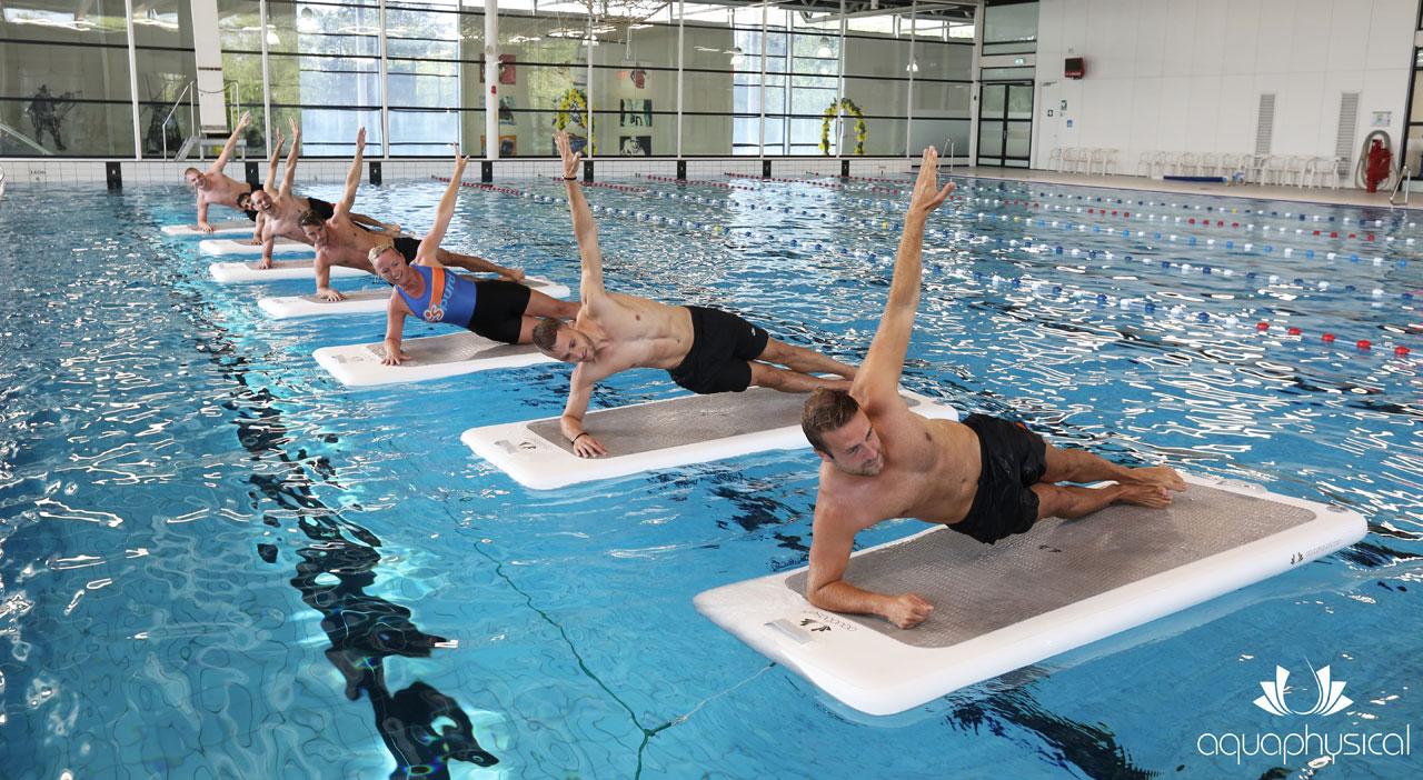 """Teilnehmer einer Floatfit-Stunde absolvieren die Übung """"Sideplank"""""""