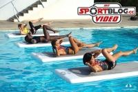 Damen machen auf schwimmenden Floatfit-Boards Bauchmuskelübungen