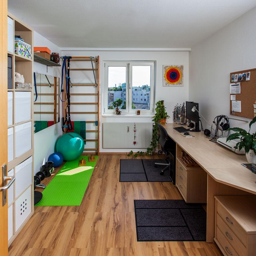 Mein Arbeitszimmer beinhaltet Schreibtisch, Kästen und ein Eck mit einer Sprossenwand inklusive Klimmzugstange
