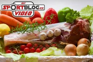 Fleischknochen und verschiedene Gemüse in Nahaufnahem