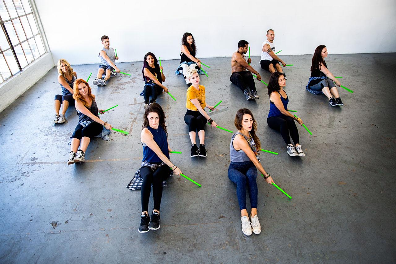 Gruppe demonstriert eine Pound-Übung für Bauchmuskeln