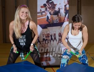 Sabine Hatz, Poundfit Austria Mastertrainerin, und Fitnesstrainerin Bernadette Hoerner demonstrieren die Schlagtechnik mit den grünen Ripstix