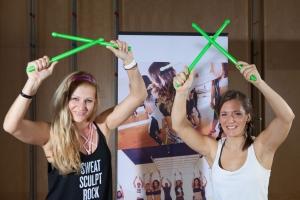 Poundfit-Master-Trainerin Sabine Hatz demonstriert mit sportblog.cc-Moderatorin Bernadette Hoerner die grünen Pound-Drumsticks