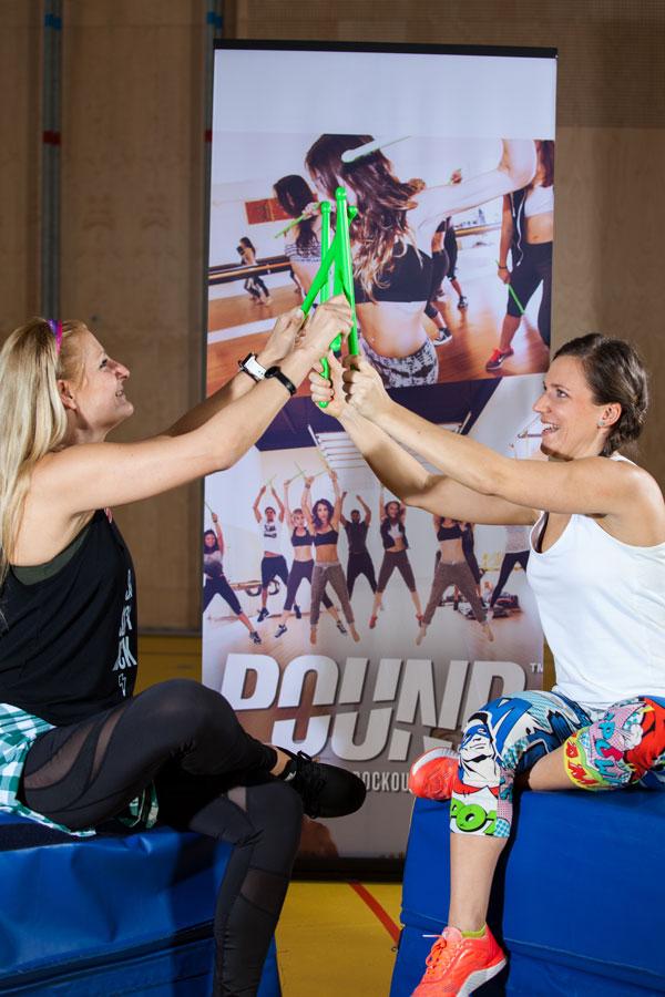 Sportblog.cc-Moderatorin Bernadette Hoerner mit Pound-Mastertrainerin Sabine Hatz beim Test der Pound-Sticks