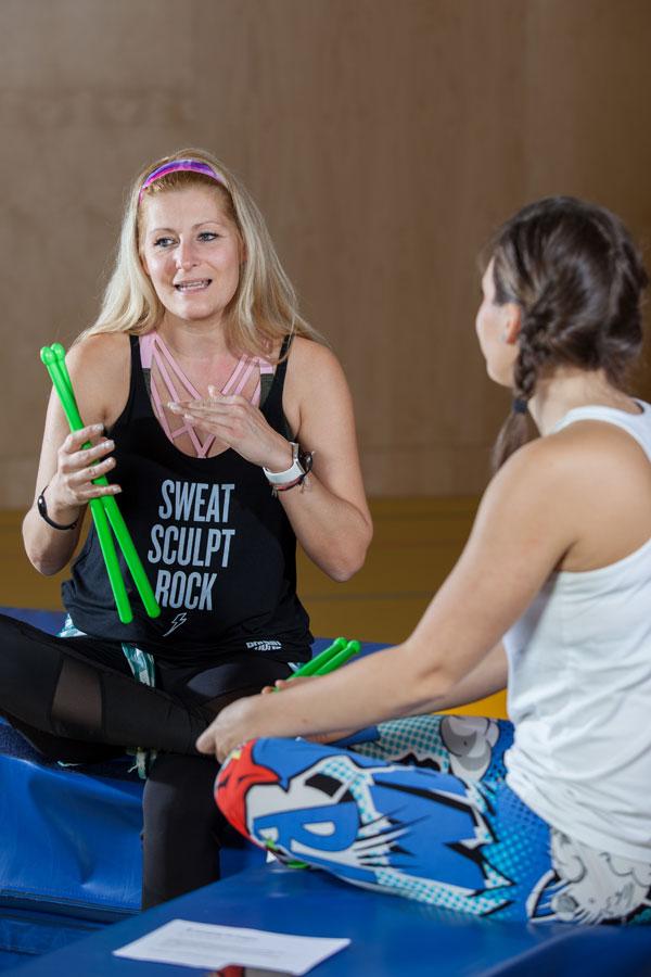 Pound-Mastertrainerin Sabine Hatz erklärt sportblog.cc-Moderatorin Bernadette Hoerner das Konzept von Pound Fitness