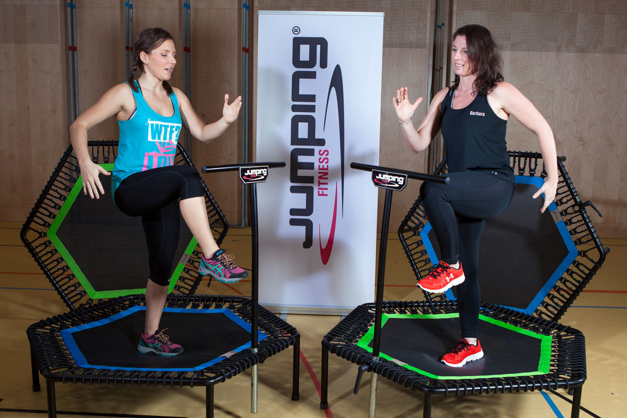 Die Fitness-Trainer Barbara Tryfoniuk und Bernadette Hörner zeigen Balance-Übung auf Jumping Fitness-Trampolin
