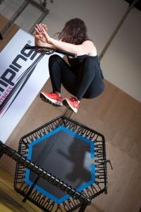 Barbara Tryfoniuk demonstriert die pumpenden Hocksprünge einer Jumping Fitness-Class
