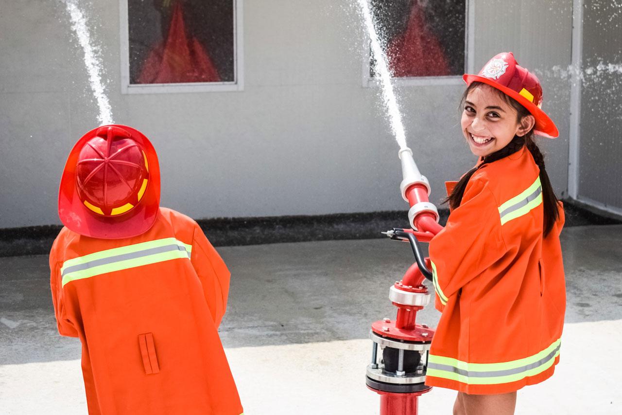 Kinder löschen bei einer Feuerwehrübung