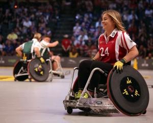 Frau in Rollstuhl bei Mannschaftssport