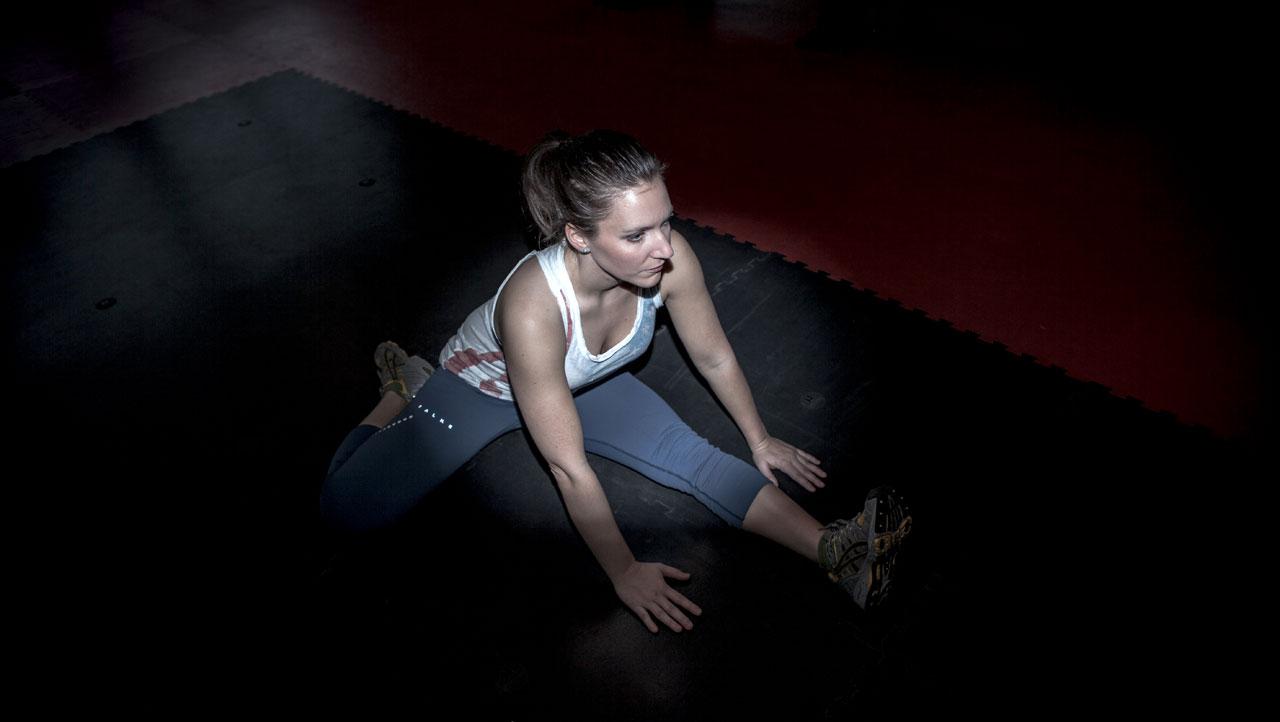 Fitness Trainerin Bernadette Hörner beim Dehnen der Beinrückseite