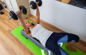 Fitnessbloggerin Bernadette Hörner beim Bankdrücken am Step