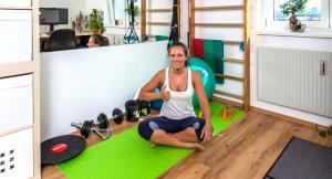 Fitnessbloggerin Bernadette Hörner im selbst eingerichteten Home Gym