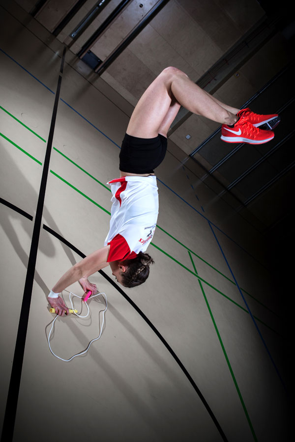 Laura Göttfert demonstriert Handstand-Trick mit Springseil