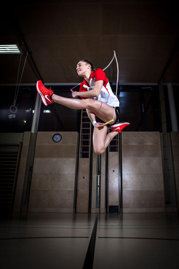 Ropeskipping-Profi Laura Göttfert demonstriert einbeinigen Seilsprung-Trick