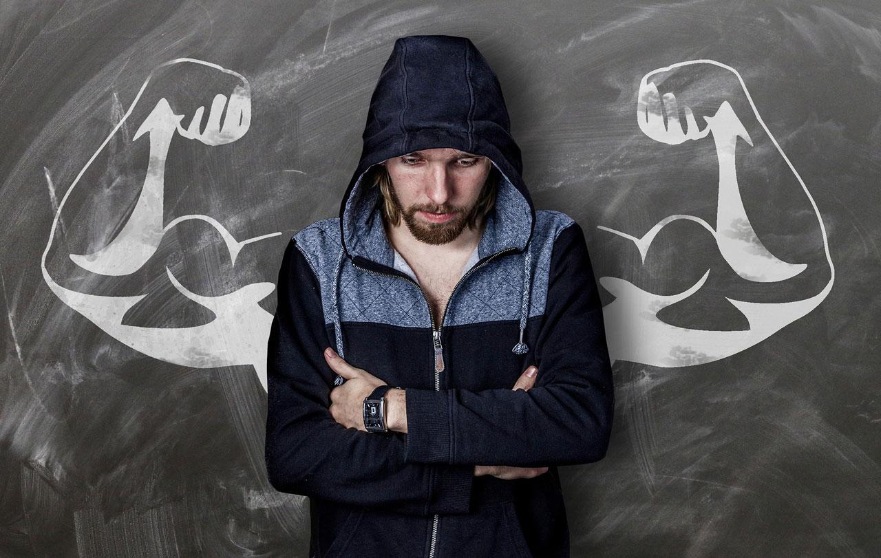 Schmächtiger Mann träumt von Muskeln