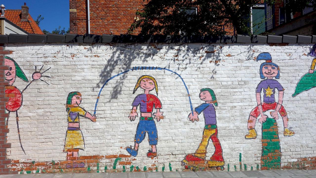Mauer-Malerei mit seilspringenden Kindern