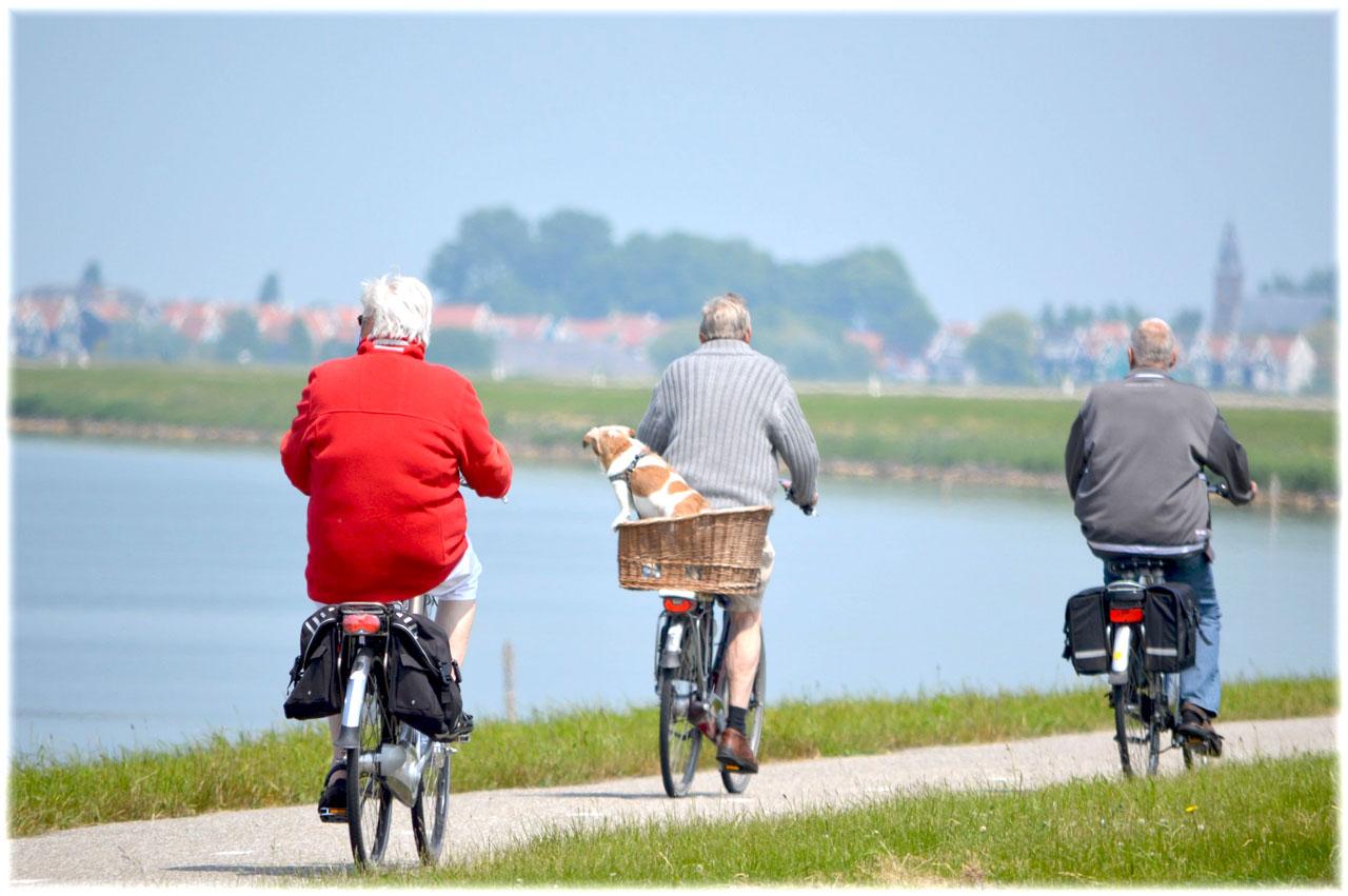 Ältere Herren radeln um einen See