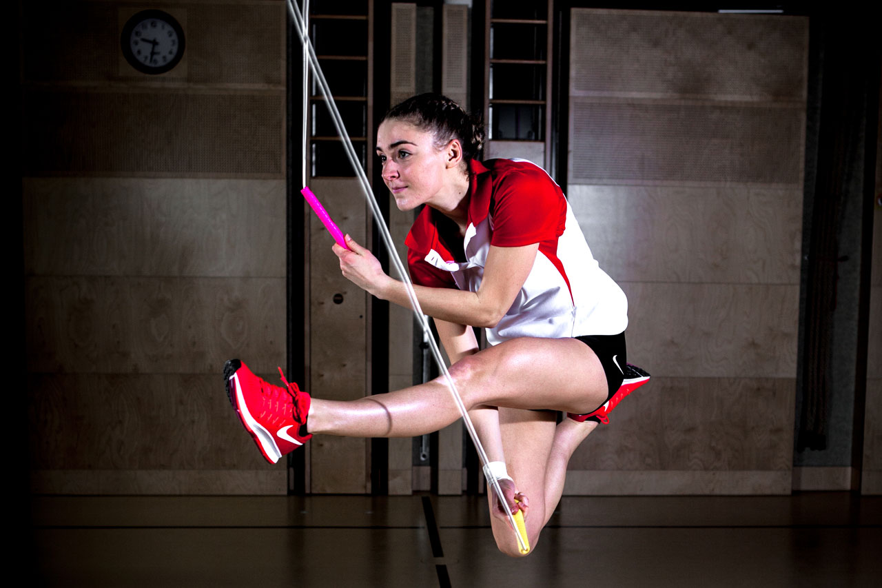 Die 4-fache Österreichische Rope Skipping-Meisterin Laura Göttfert demonstriert den Trick