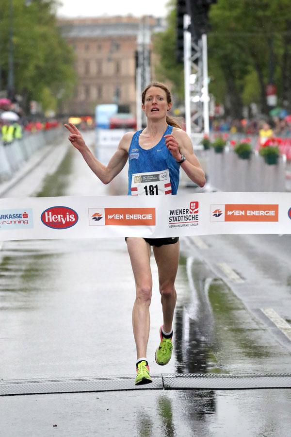 Medizinerin Andrea Mayr beim Zieleinlauf des Vienna City Marathons 2017