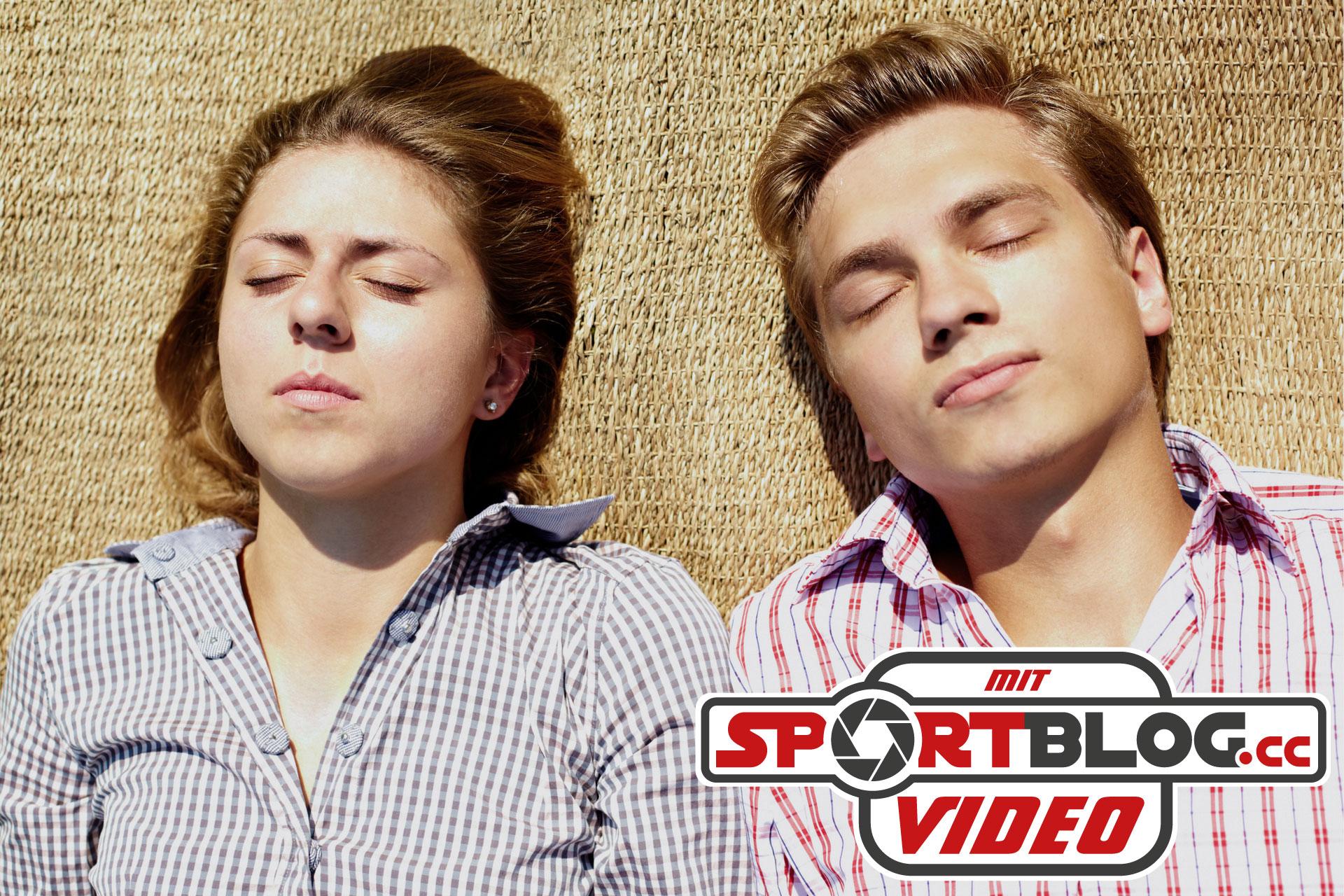 Nädchen und Junge liegen mit geschlossenen Augen auf Strandmatte