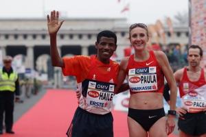 Haile Gebrselassie und Paula Radcliffe nach dem Halbmarathon-Duell im Ziel des Vienna City Marathons 2012