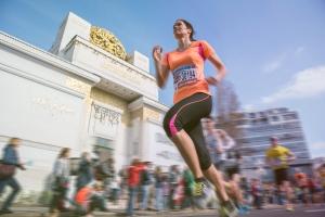 Läuferin beim Vienna City Marathon vor der Wiener Secession