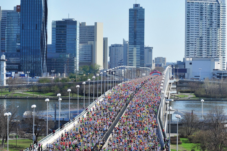 Masse an Läufern auf er Reichsbrücke beim Start des Vienna City Marathons